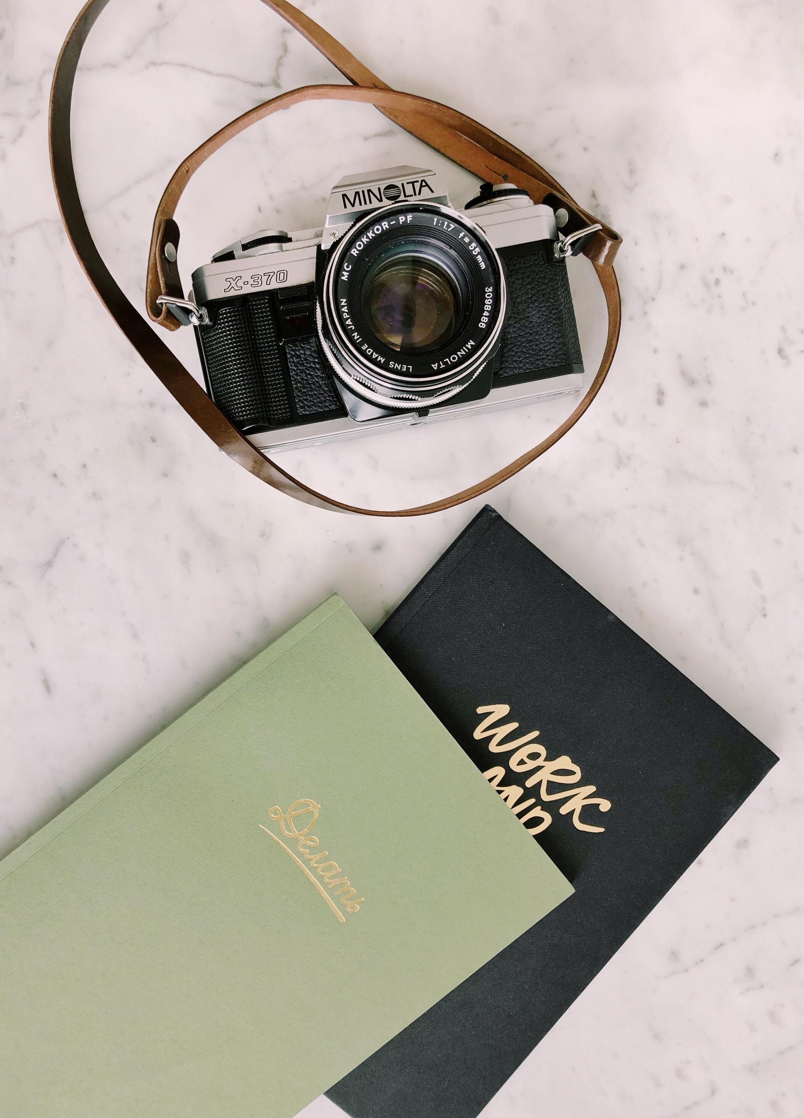 notitieboekjes en vintage camera