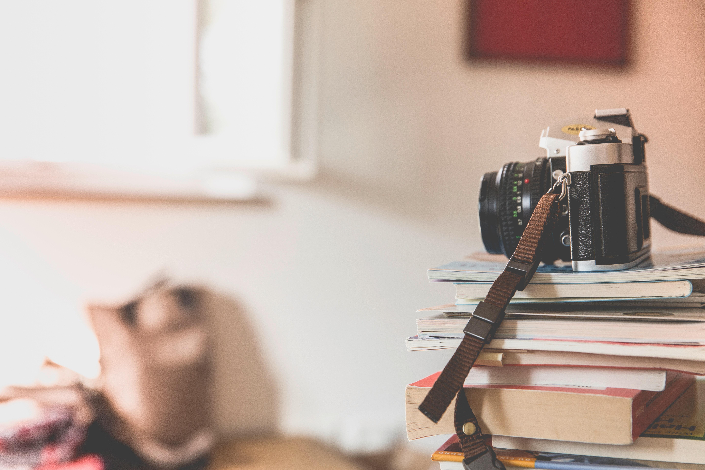 Stapel boeken met vintage camera